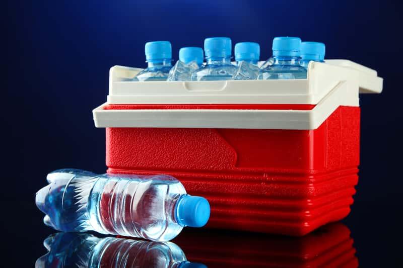 Woda mineralna w lodówce samochodowej