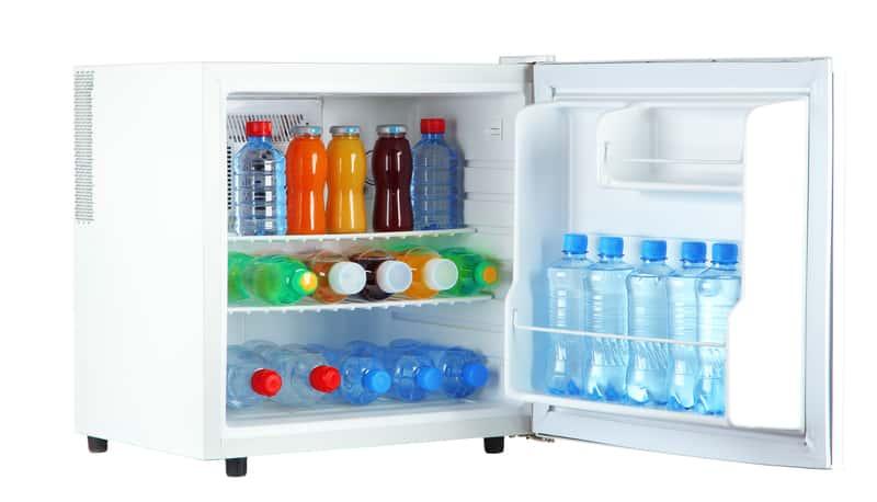 Biała lodówka turystyczna na prąd z pełnym wyposażeniem w postaci chłodzonych napojów i wody