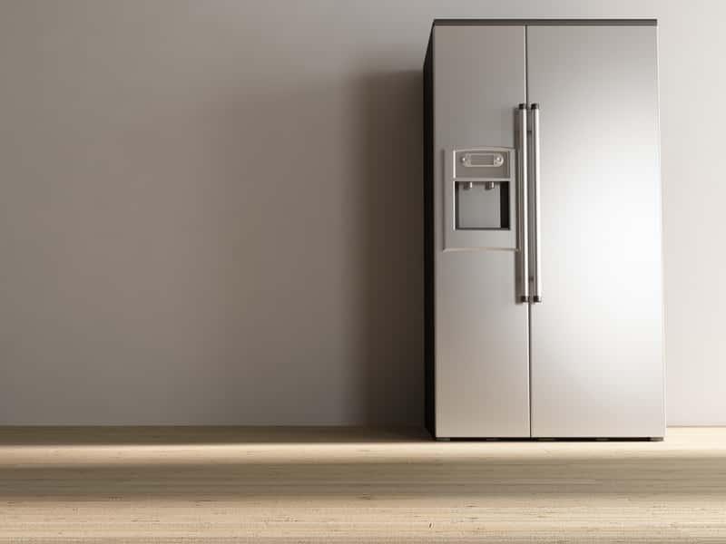 Srebrna lodówka Samsung typu side by side, czyli z dwojgiem drzwi otwierających się na obie strony dla większego komfortu