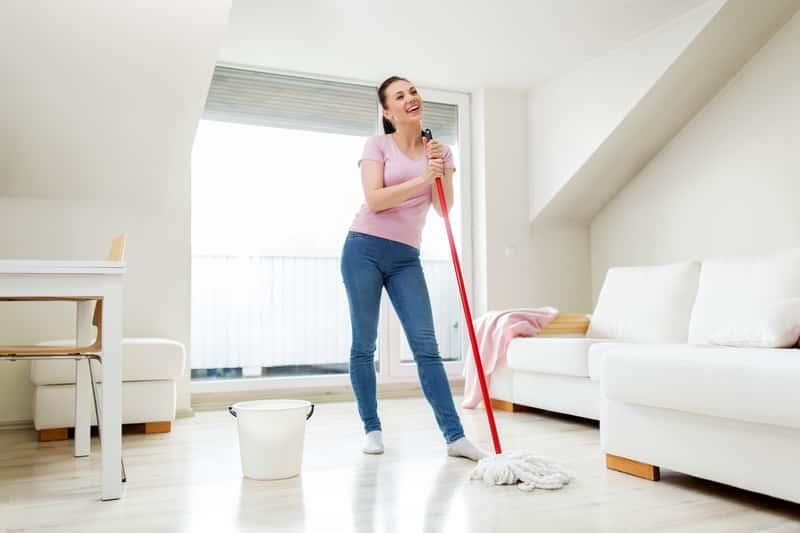 Kobieta sprzątająca mopem