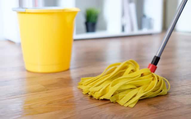 Mopy z mikrofibry – rodzaje, opinie użytkowników, ceny, skuteczność czyszczenia