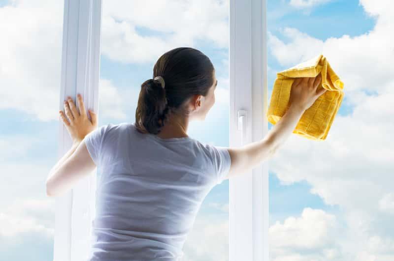 Kobieta podczas mycia okien