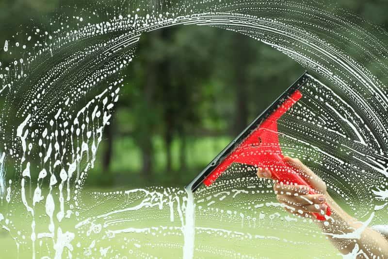 Mycie okien bez smug ściągaczką
