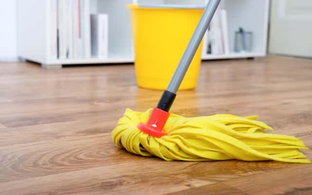 Czym myć panele podłogowe i je nabłyszczać? Profesjonalne i domowe sposoby