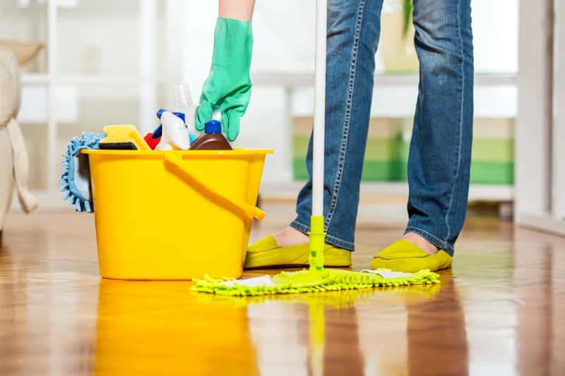 Mycie podłogi środkami czystości