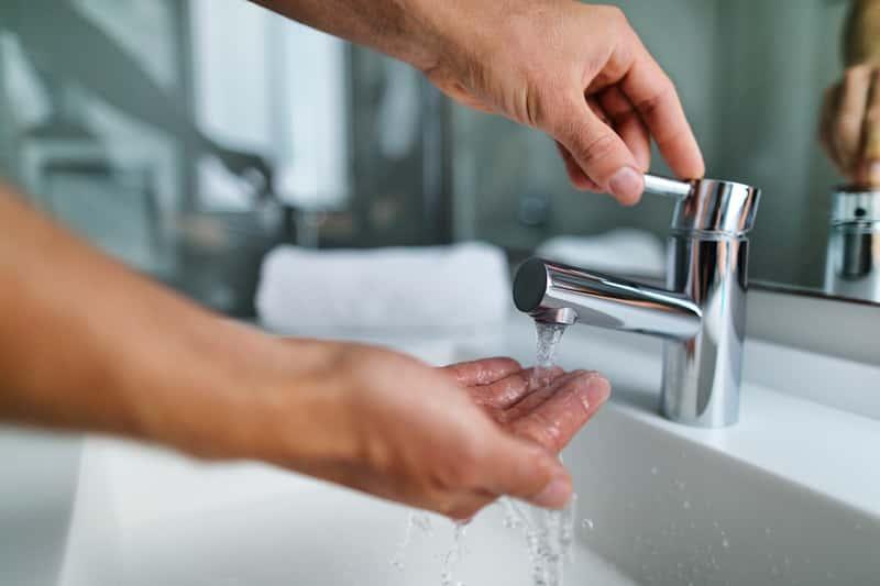 Jak powinna wyglądać instrukcja mycia i dezynfekcji rąk? Wyjaśniamy