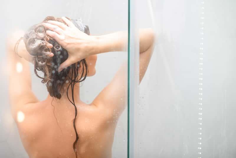 Kobieta podczas mycia włosów