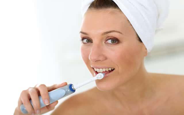 Jak myć zęby szczoteczką elektryczną? Prawidłowe czyszczenie krok po kroku