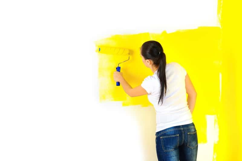 Kobieta podczas malowania ścian