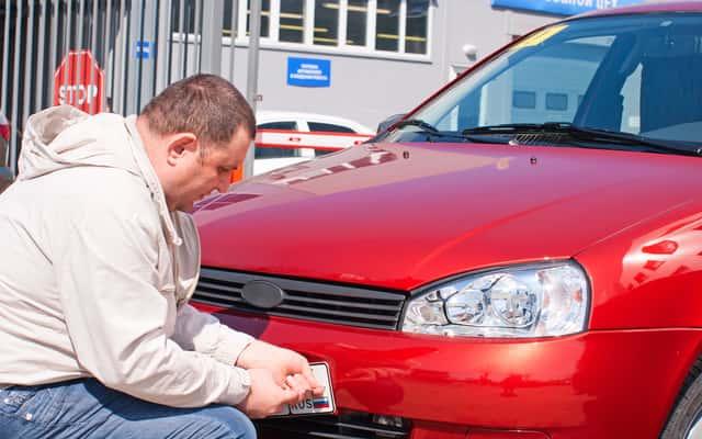 Jak nakleić naklejkę rejestracyjną na szybie samochodu? Kilka prostych porad