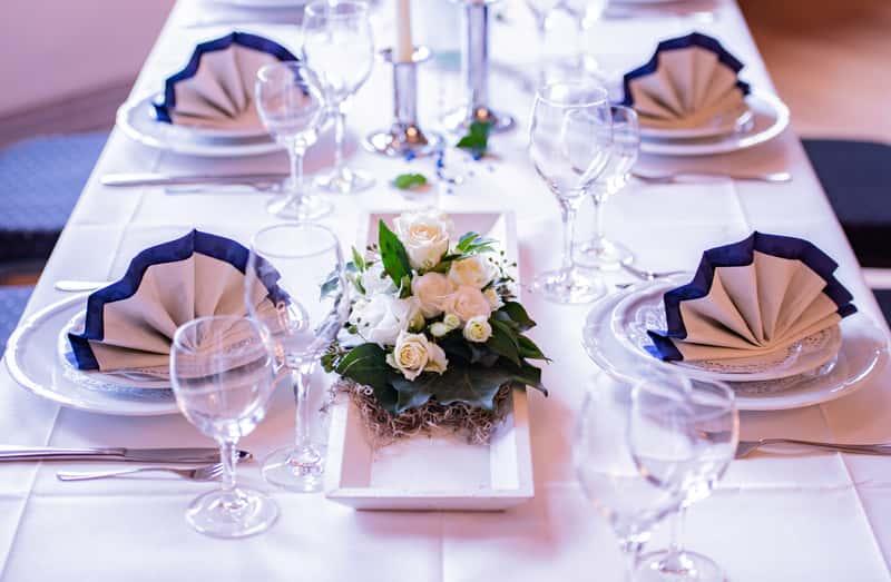 Nakrycie stołu krok po kroku - zobacz, w jaki sposób zastawić stół