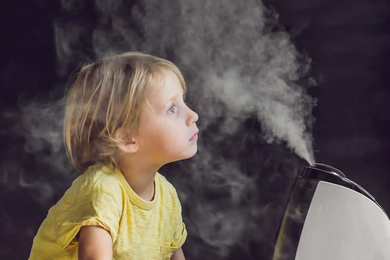 Dziecko przy nawilżaczu powietrza