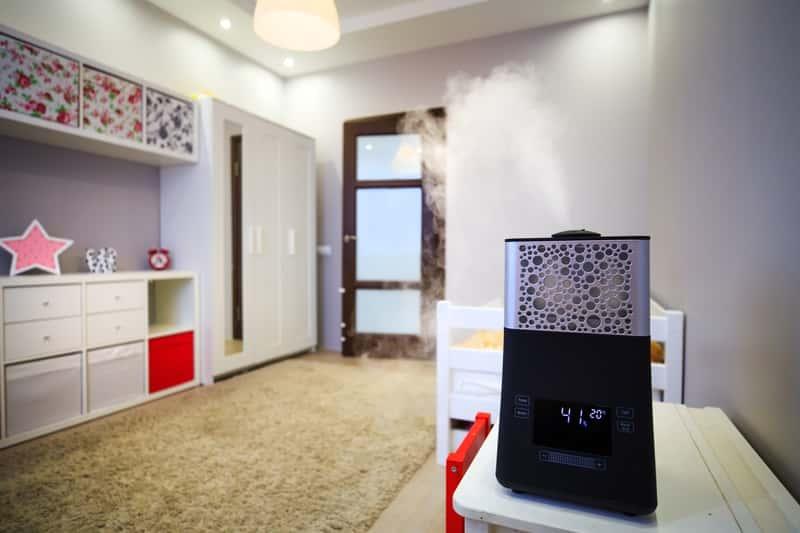 Nawilżacz powietrza w pokoju