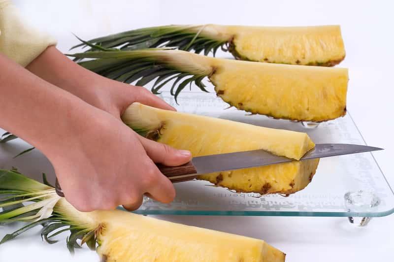 Jak obrać ananasa? Oto 4 praktyczne sposoby krok po kroku
