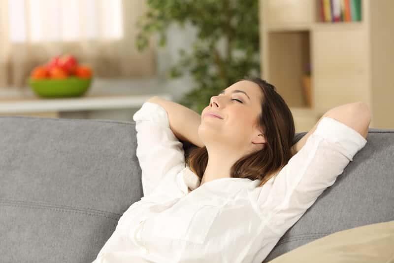 Zrelaksowana kobieta w domu