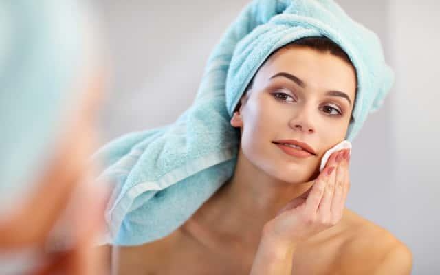 Oczyszczanie twarzy z wągrów krok po kroku – praktyczny poradnik