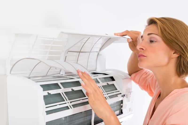 Kobieta sprawdzająca klimatyzację