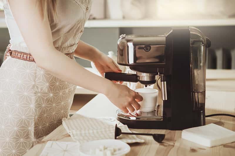 Odkamienianie ekspresu do kawy krok po kroku – jak to zrobić w domu