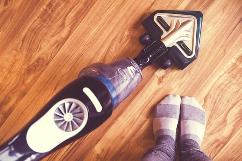 Odkurzacz akumulatorowy na podłodze