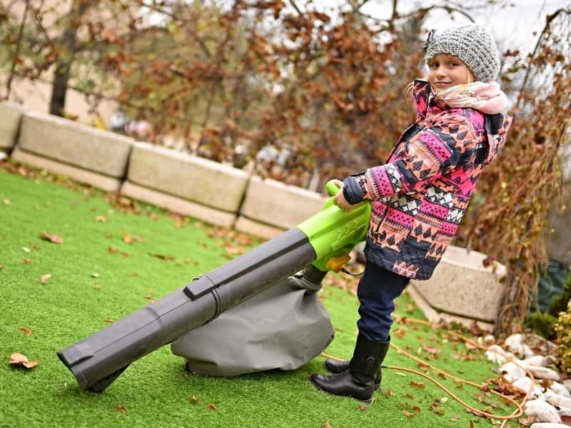 Dziewczynka z odkurzaczem do liści
