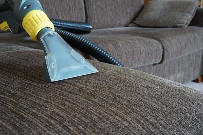 Czyszczenie tapicerki przy pomocy odkurzacza wodnego