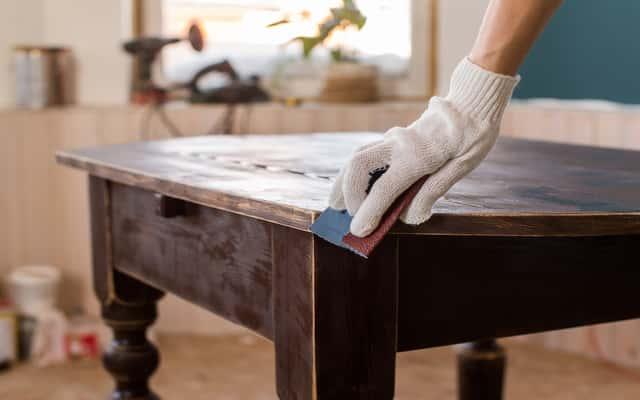Odnawianie i renowacja mebli drewnianych krok po kroku – poradnik praktyczny