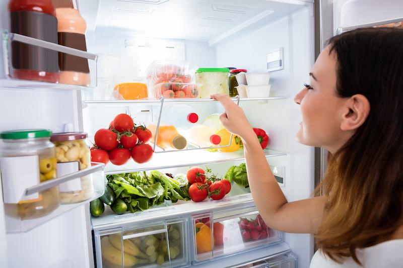 Kobieta przy otwartej lodówce