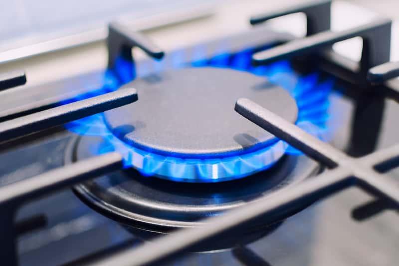 Zapalony palnik gazowy płyty