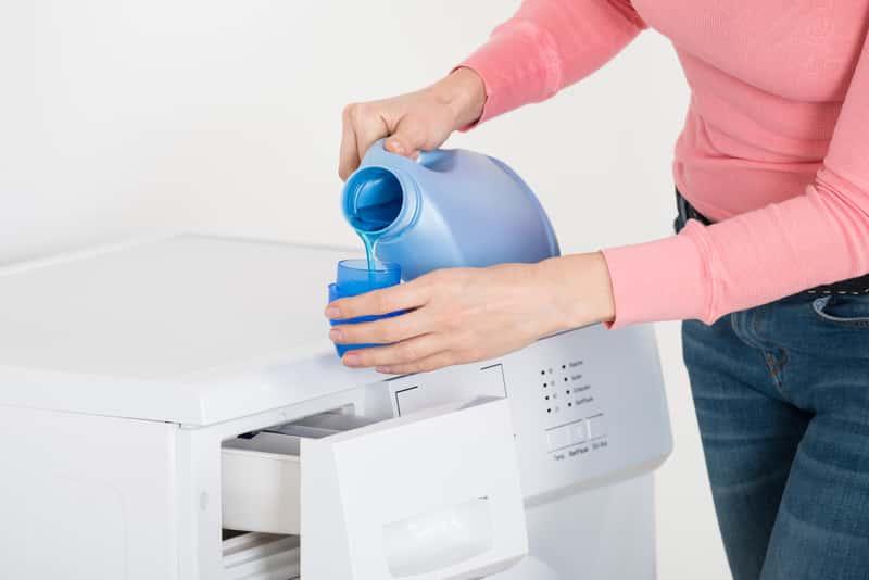 Kobieta wlewająca płyn do prania
