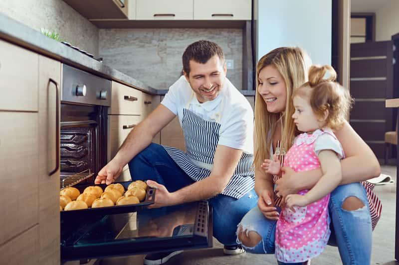 Rodzina przy piekarniku