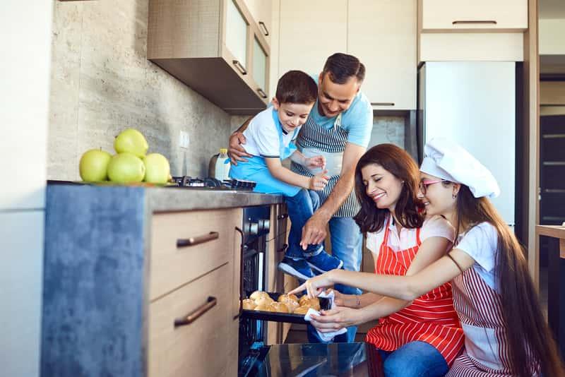 Rodzina przy piekarniku Bosch