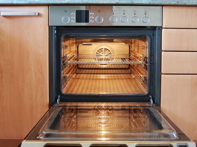 Wnętrze piekarnika elektrycznego