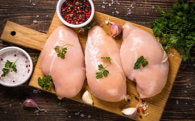 Jak ugotować pierś z kurczaka? Praktyczny przepis krok po kroku