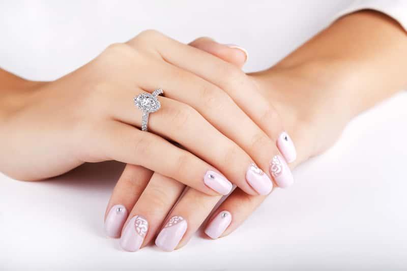 Jak zmierzyć rozmiar palca do pierścionka? Wyjaśniamy krok po kroku