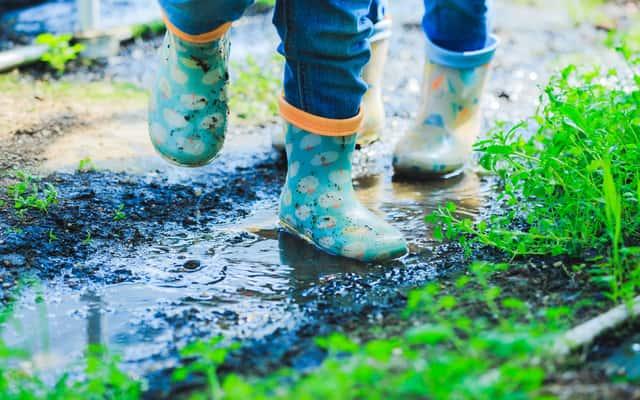 Plamy z błota - sprawdzone sposoby na usuwanie błota i trawy z ubrań