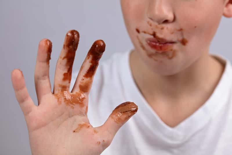 Dziecko ubrudzone czekoladą