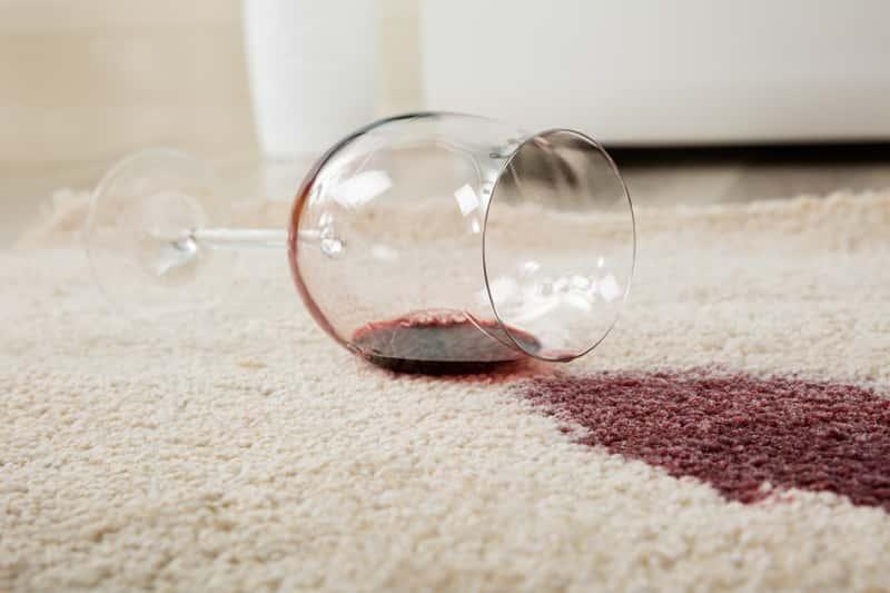 Wino rozlane na dywanie