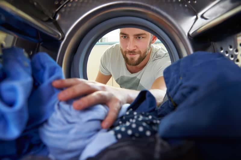 Mężczyzna robiący pranie