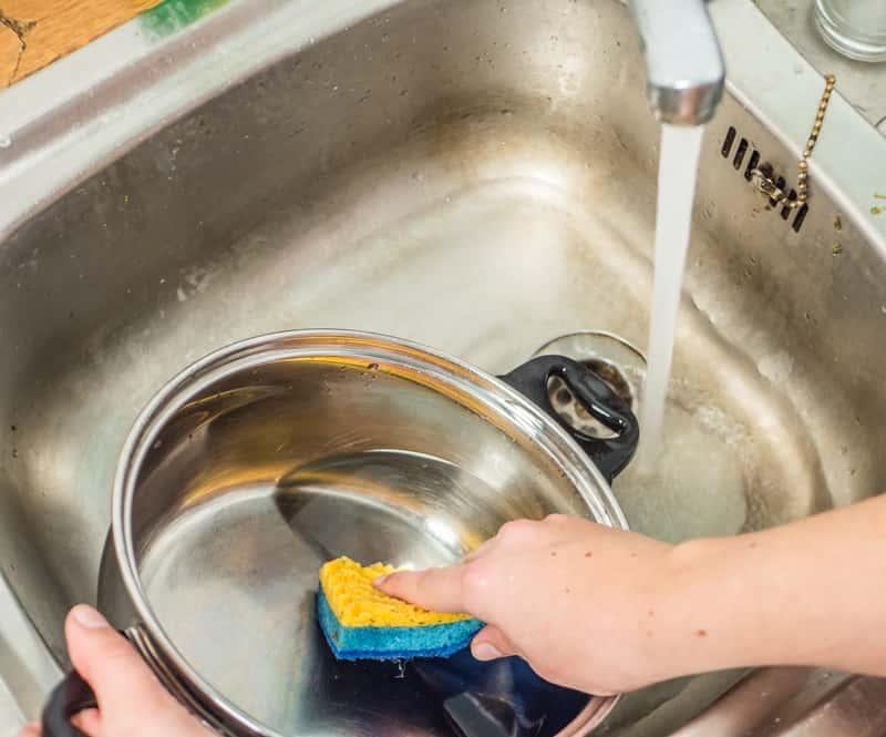 Zmywanie garnka płynem do naczyń