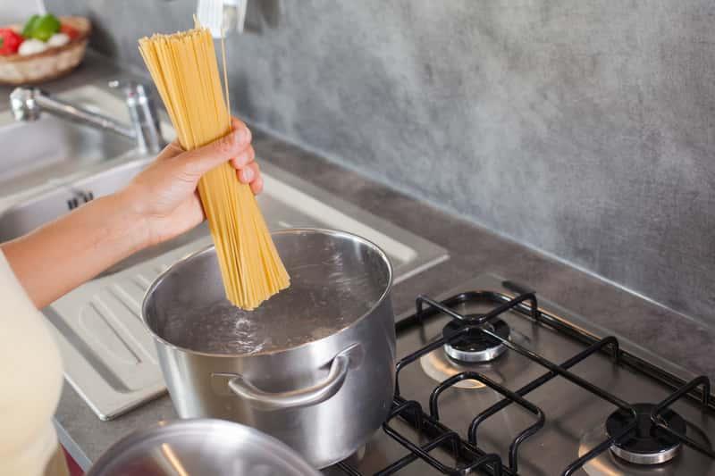 Gotowanie makaronu na płycie gazowej