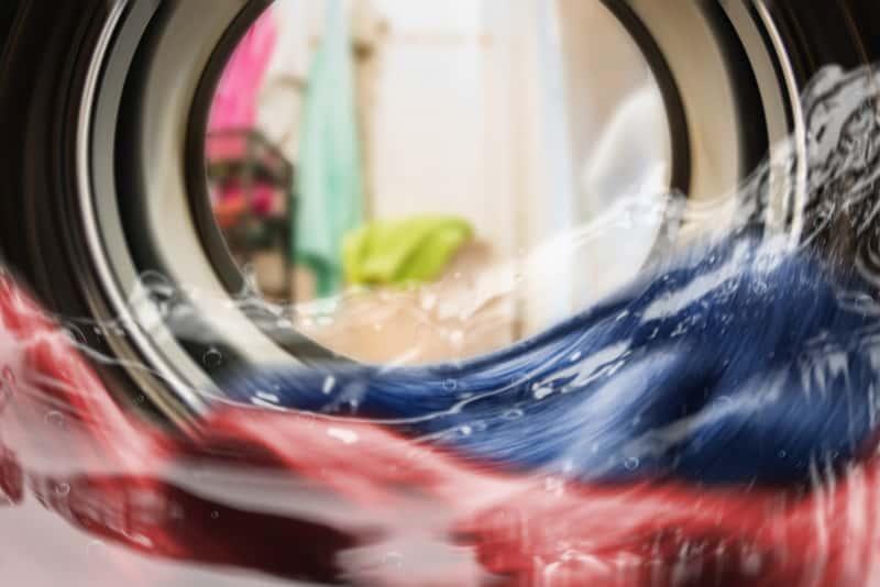 Wnętrze pralki podczas prania