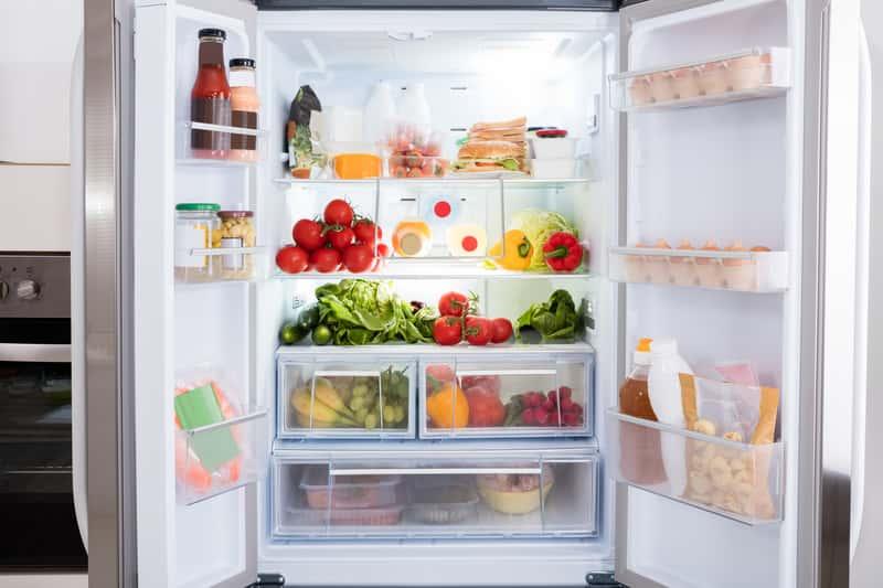 Półki w otwartej lodówce