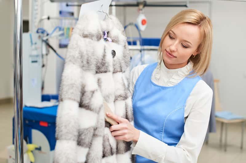 Kobieta w pralni chemicznej