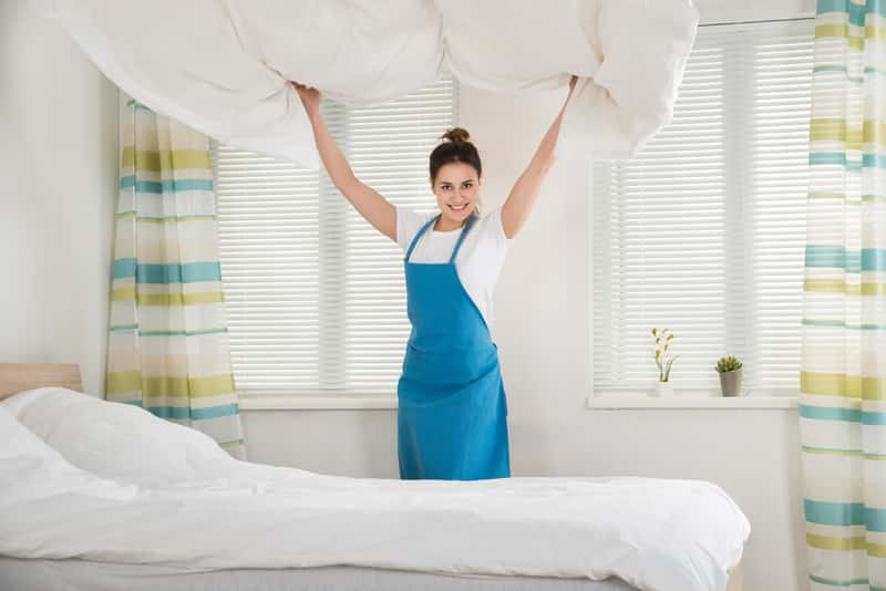 Kobieta z kołdrą w sypialni