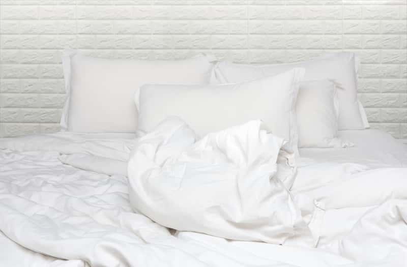 Białe poduszki z pierza na łóżku
