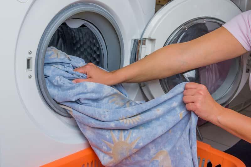Kobieta podczas prania pościeli