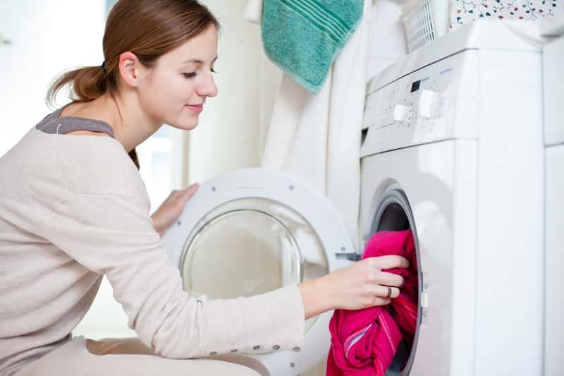 Kobieta podczas prania