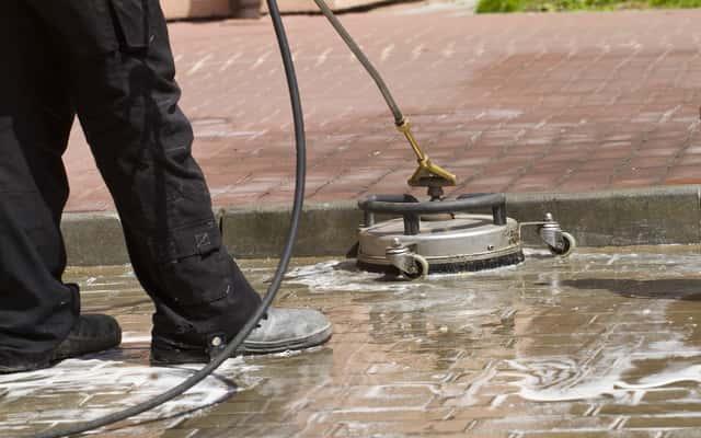 Najlepsze preparaty do czyszczenia kostki brukowej - rodzaje, opinie, ceny, porady