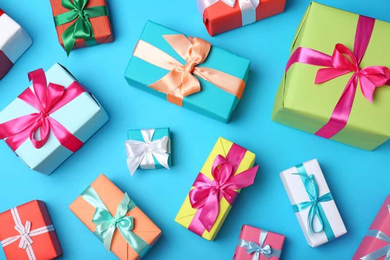 Jak ładnie zapakować prezent w papier krok po kroku - poradnik praktyczny