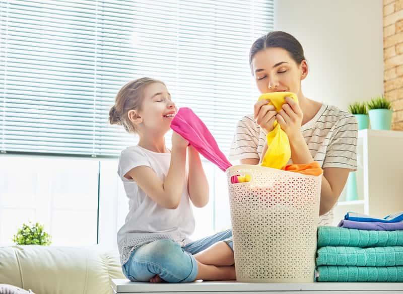 Mama z dzieckiem podczas prania